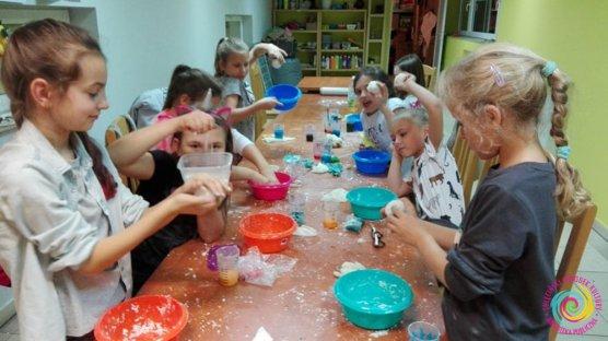 Warsztaty manualno-kreatywne w SOK: masy sensoryczne